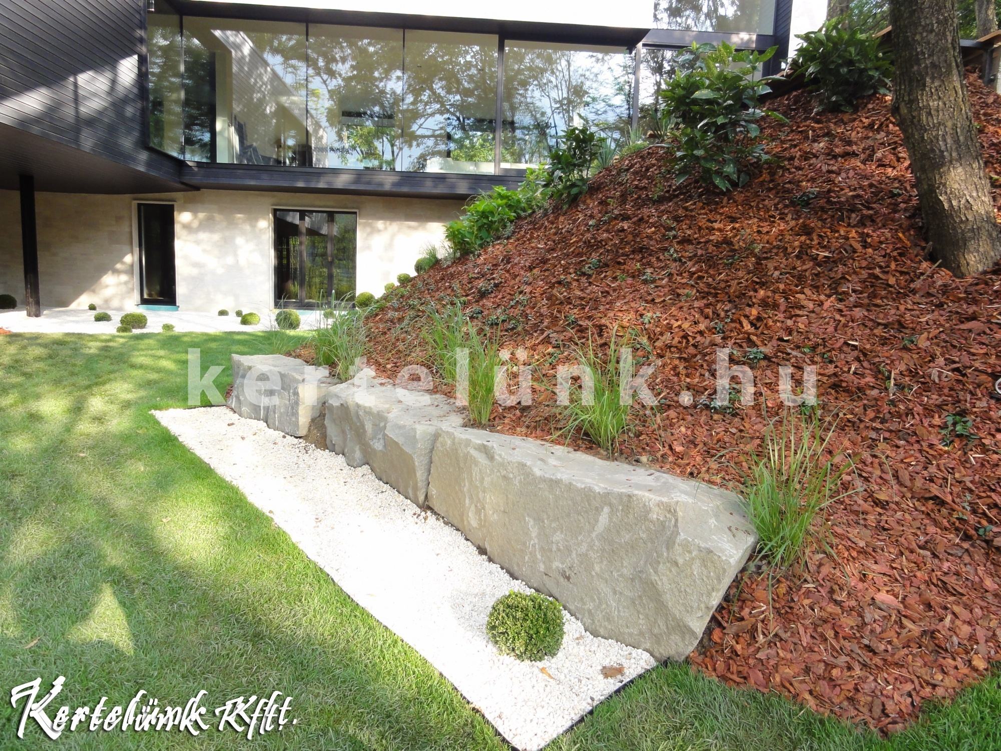 Lejtős kert részlet egy budai ház oldalában.