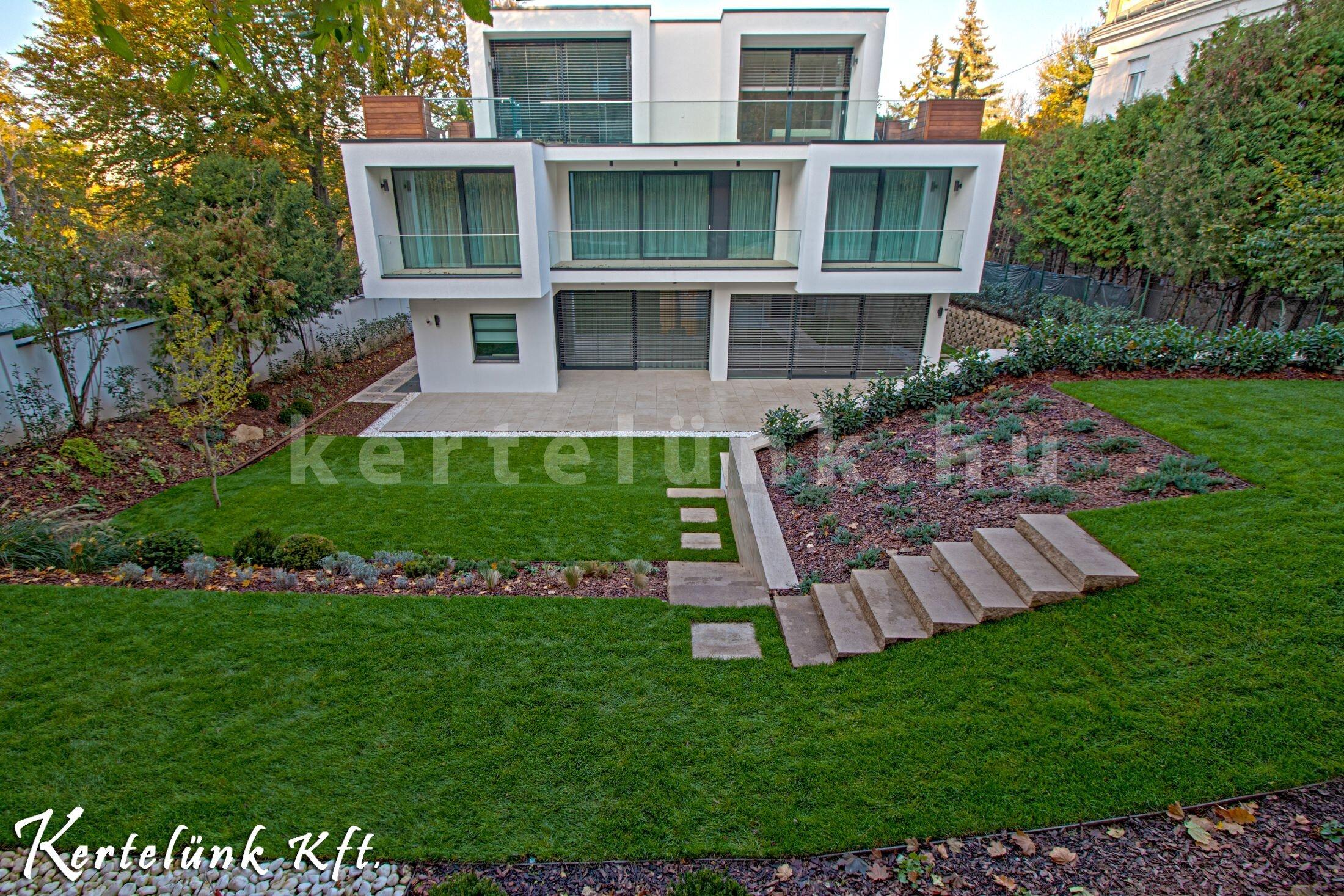 Minimál stílusú ház és kertdesign.