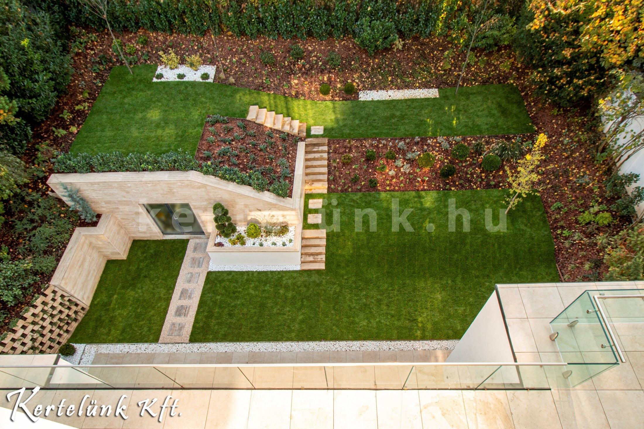 Modern-minimál kert az erkélyről nézve