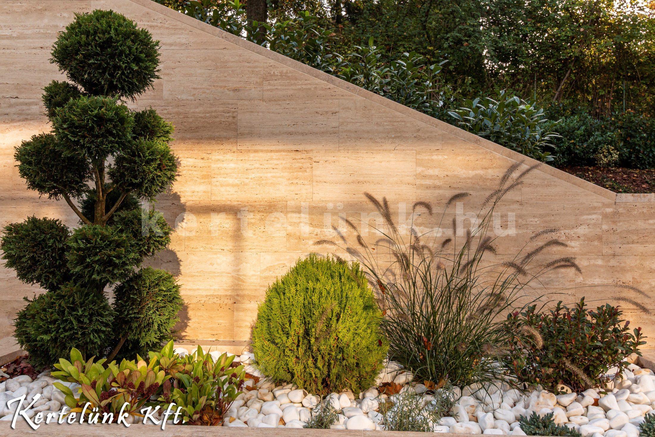 Formára nyírt örökzöldek, díszfüvek és más cserjék a modern kertben