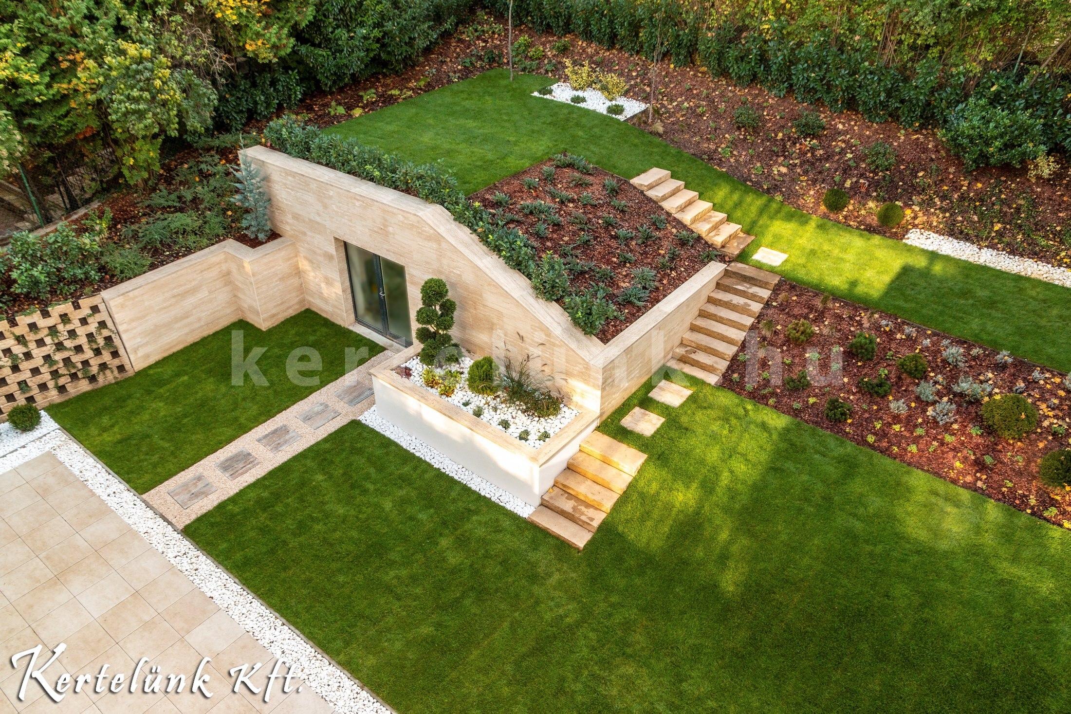 Lejtős kert modern köntösben