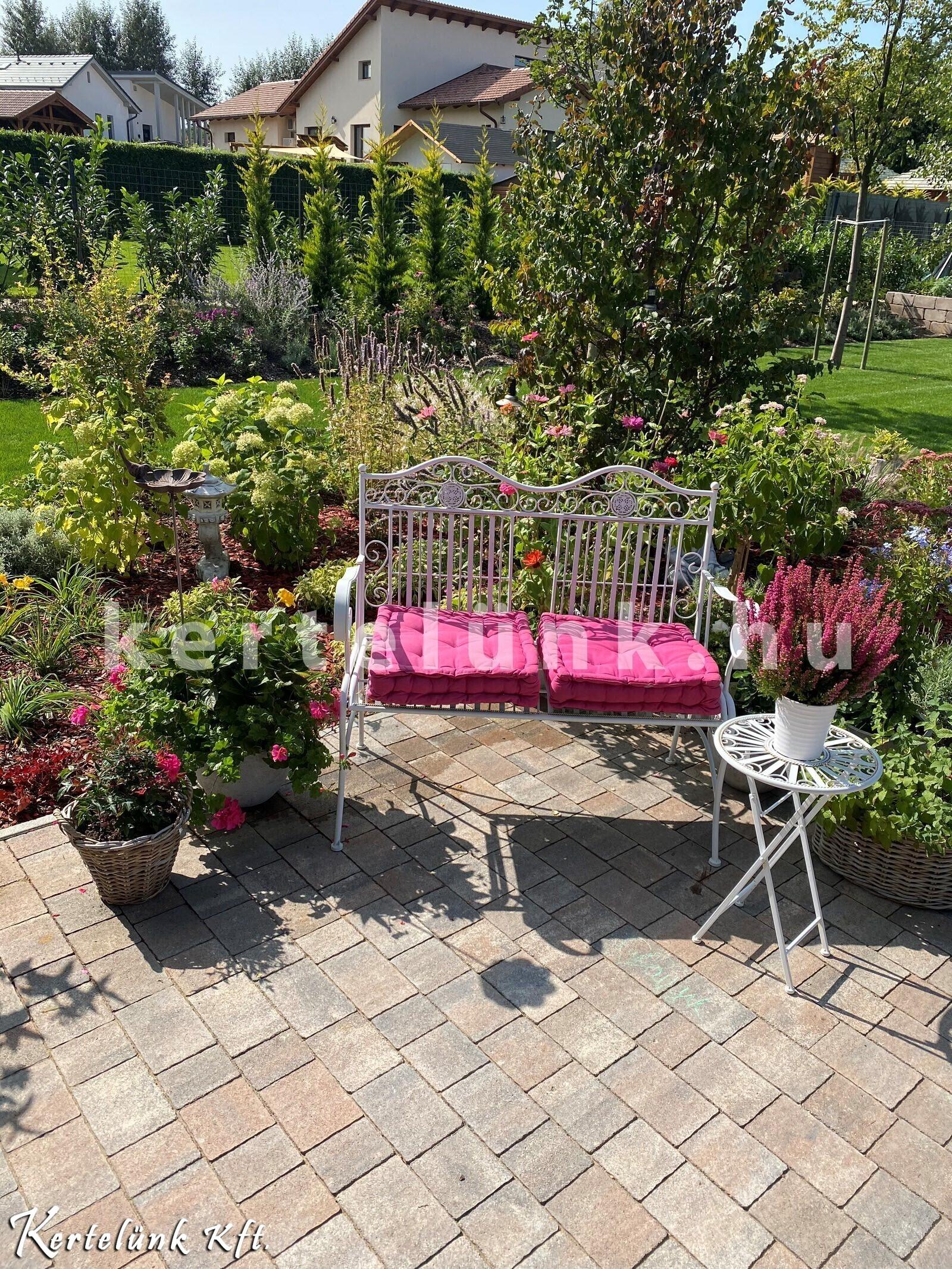 Ősszel is virágzó, romantikus kert.