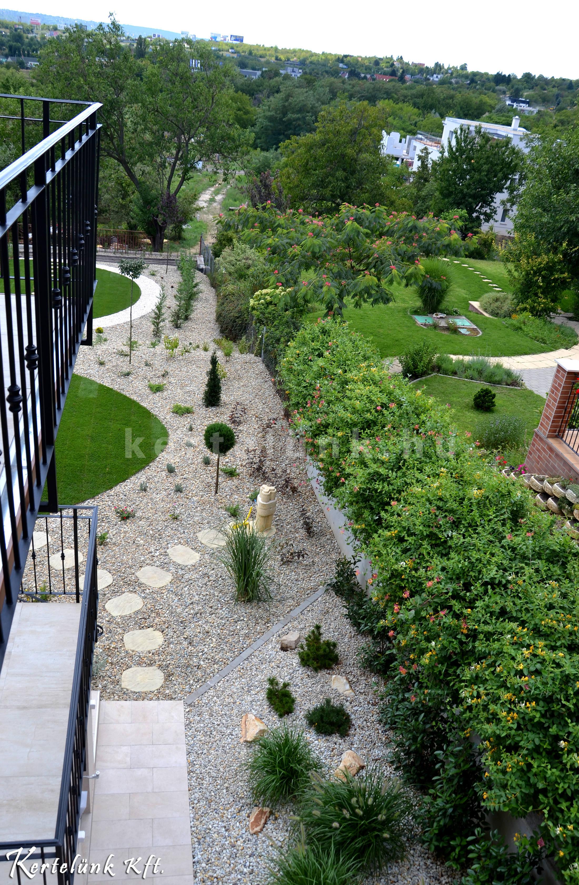Tökéletesen illeszkedik a kert a ház stílusához.