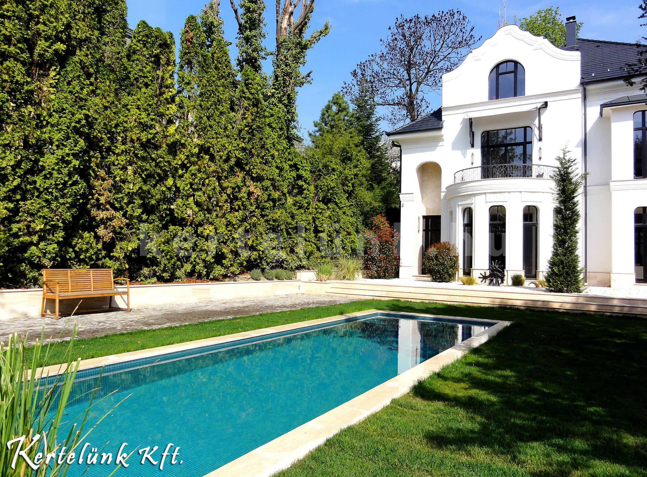 Elegáns villa képe, modern kerttel.