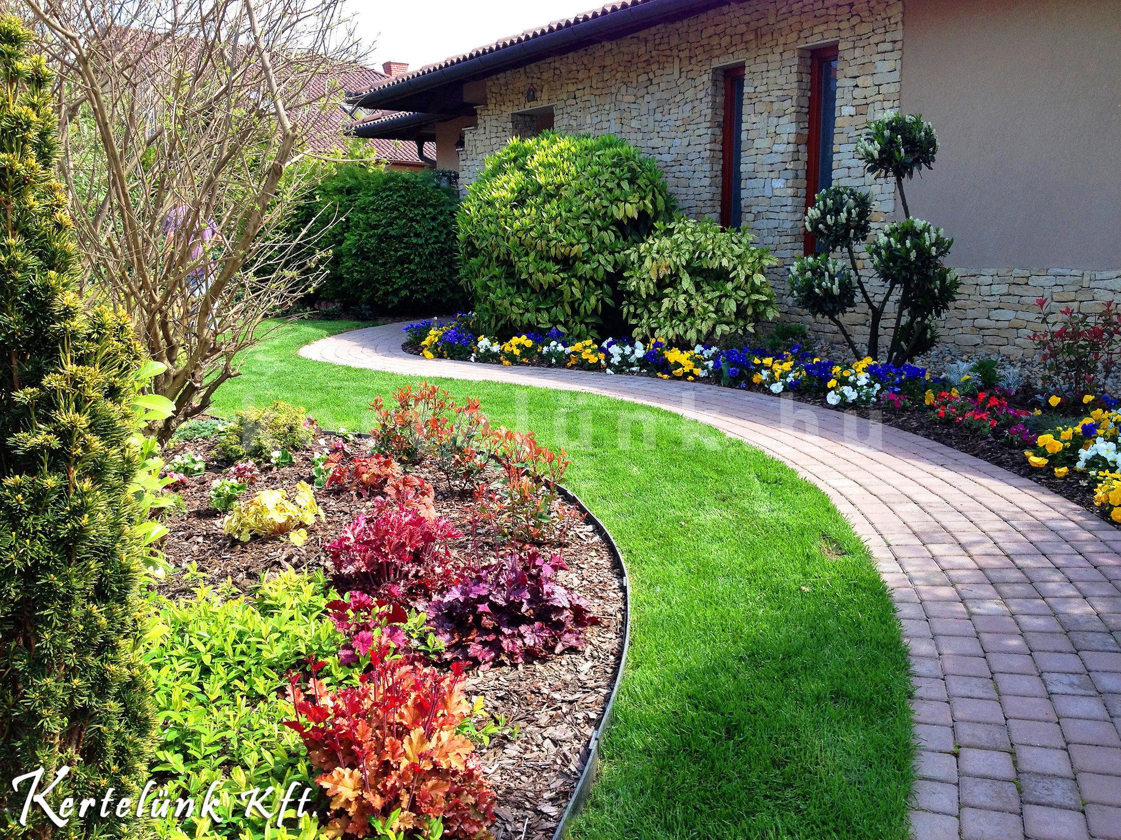 Egyik kedvenc referencia képünk, színes virágokkal, romantikus kerti úttal.