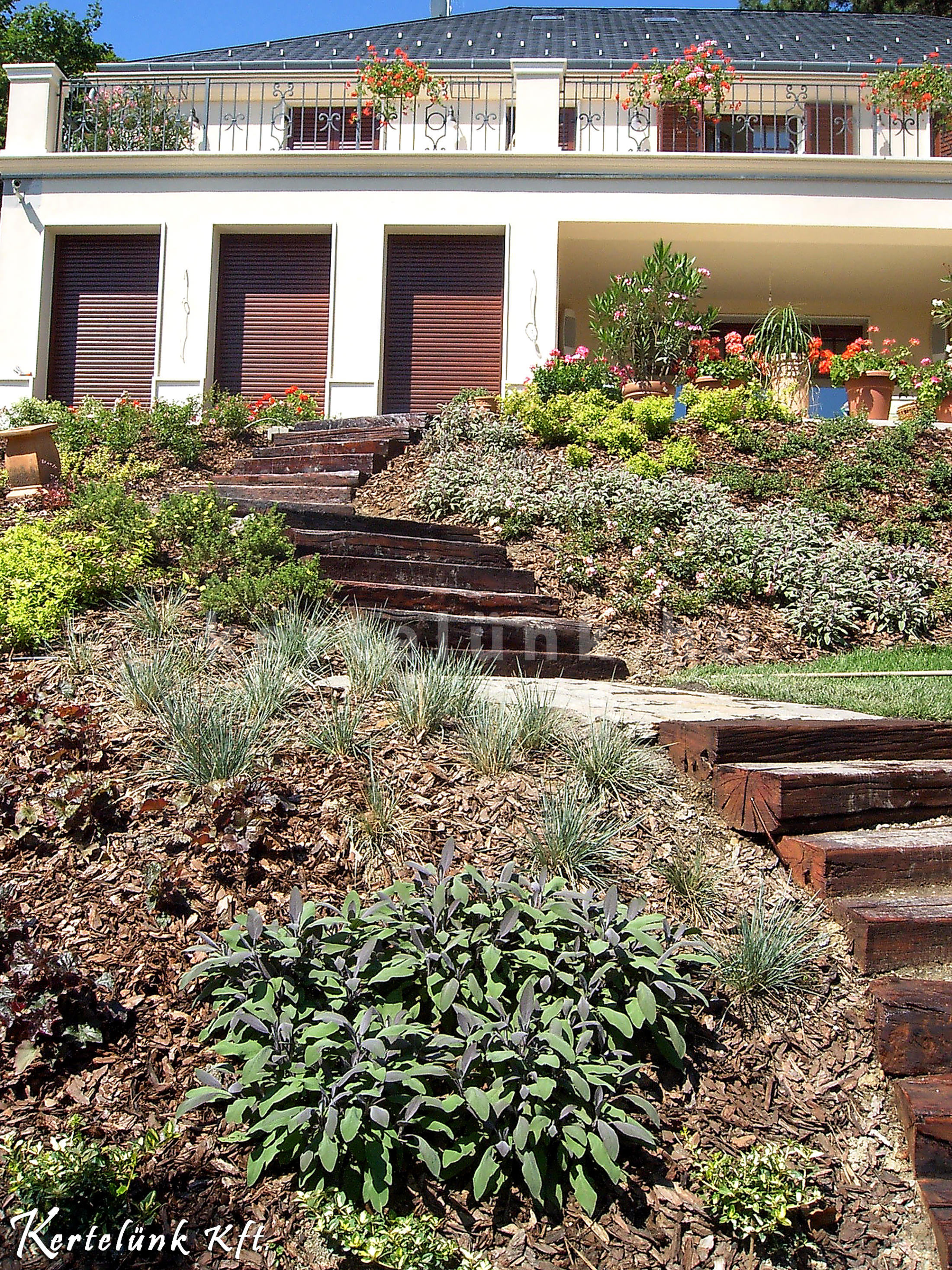 Lépcsőkkel és sziklakerttel hódíthatjuk meg a magaslatokat.