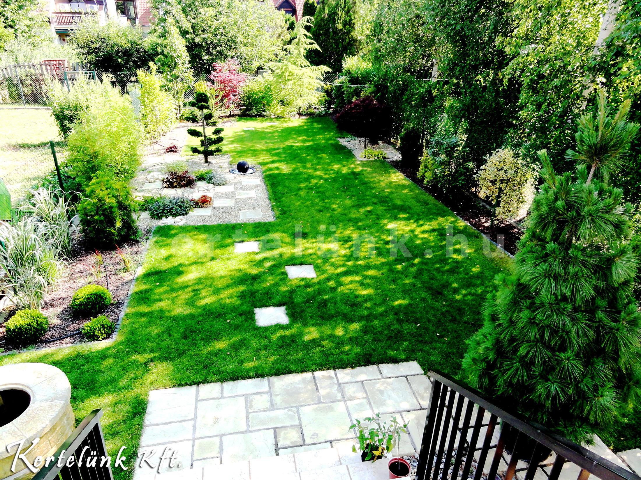Nagyon pici kertekkel is ragyogóan bánunk :)