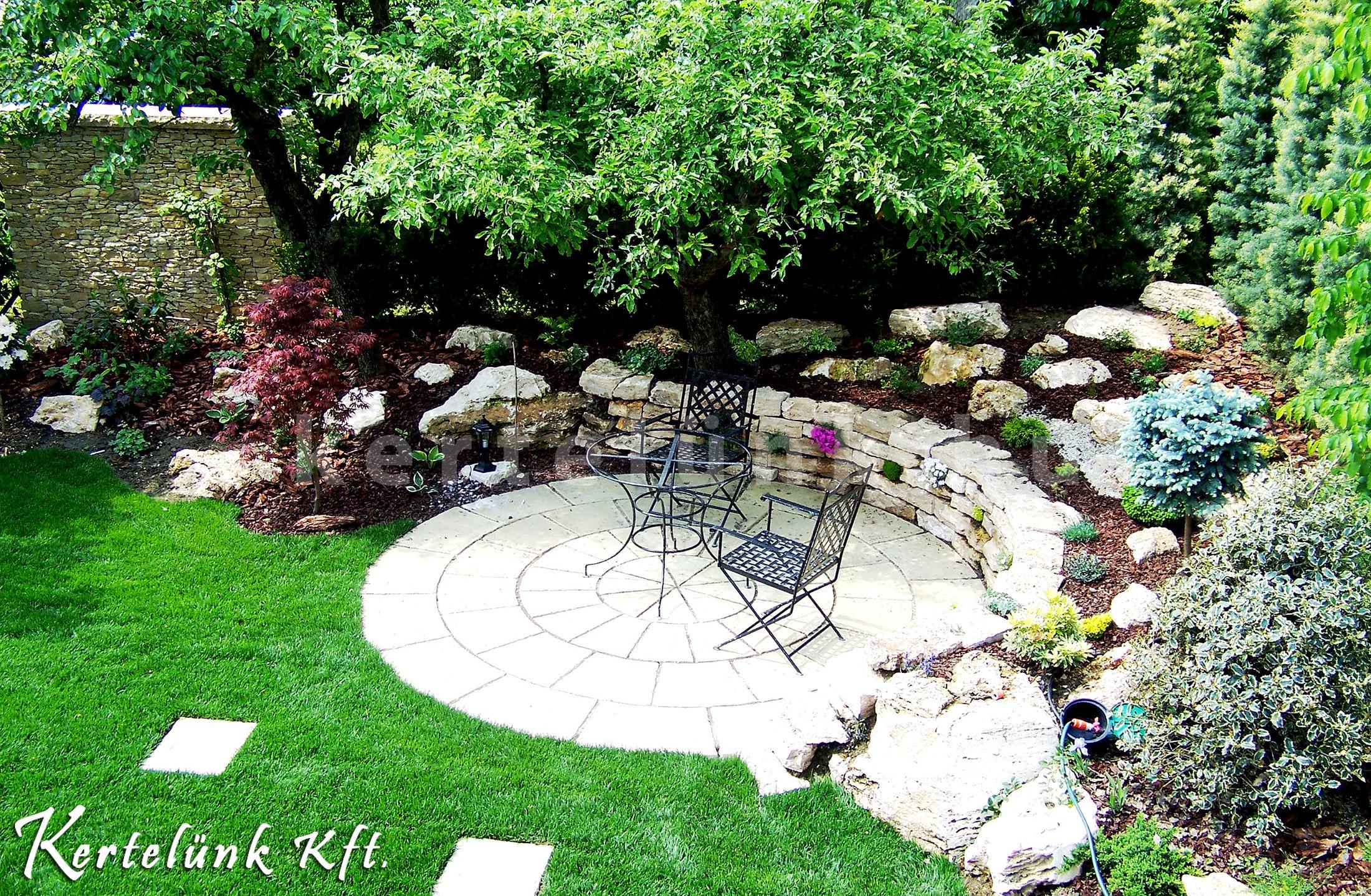 Romantikus hangulatú kerti pihenő.