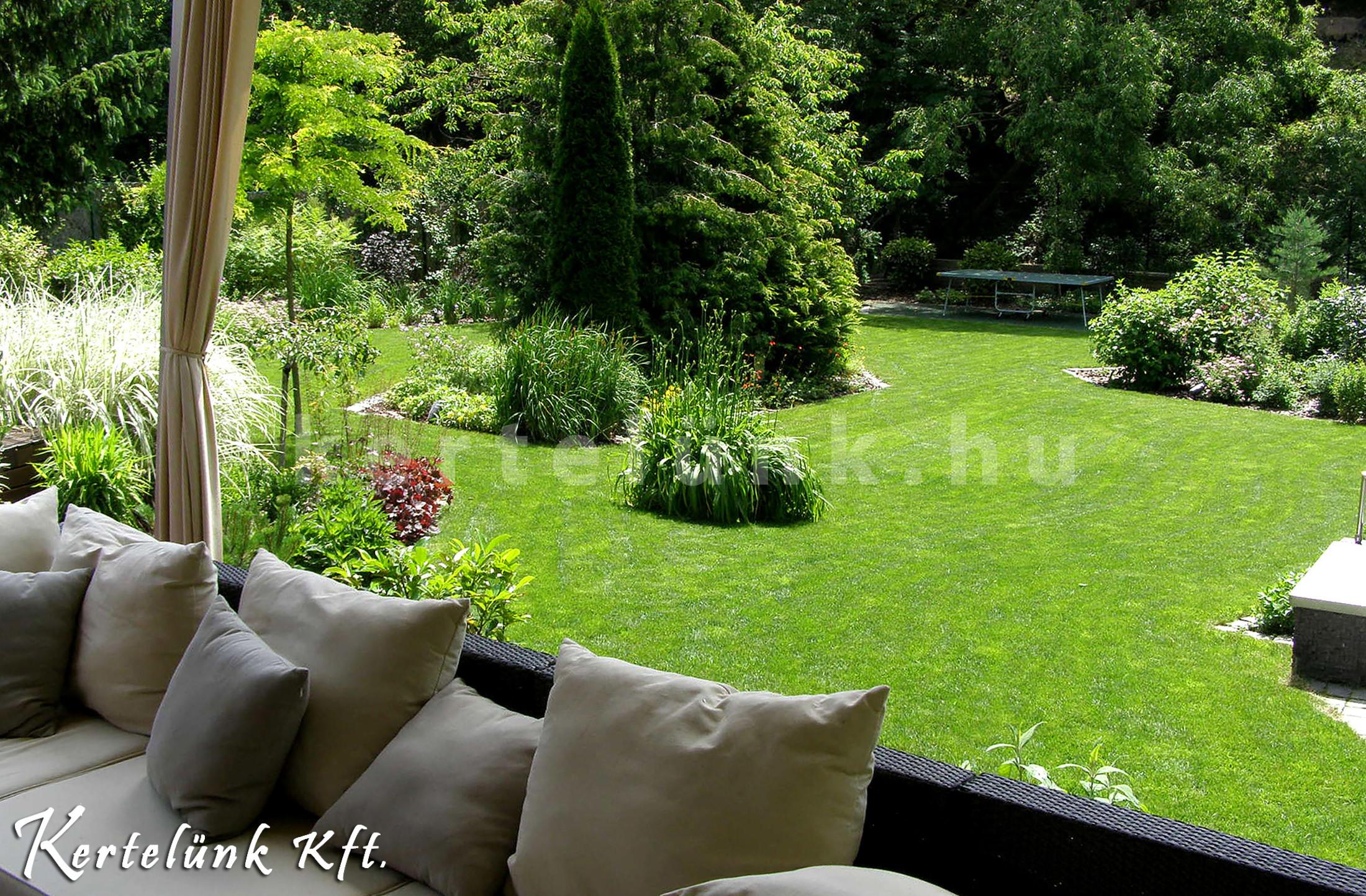 Minden üde és zöld. Így dolgozik egy profi kertész.