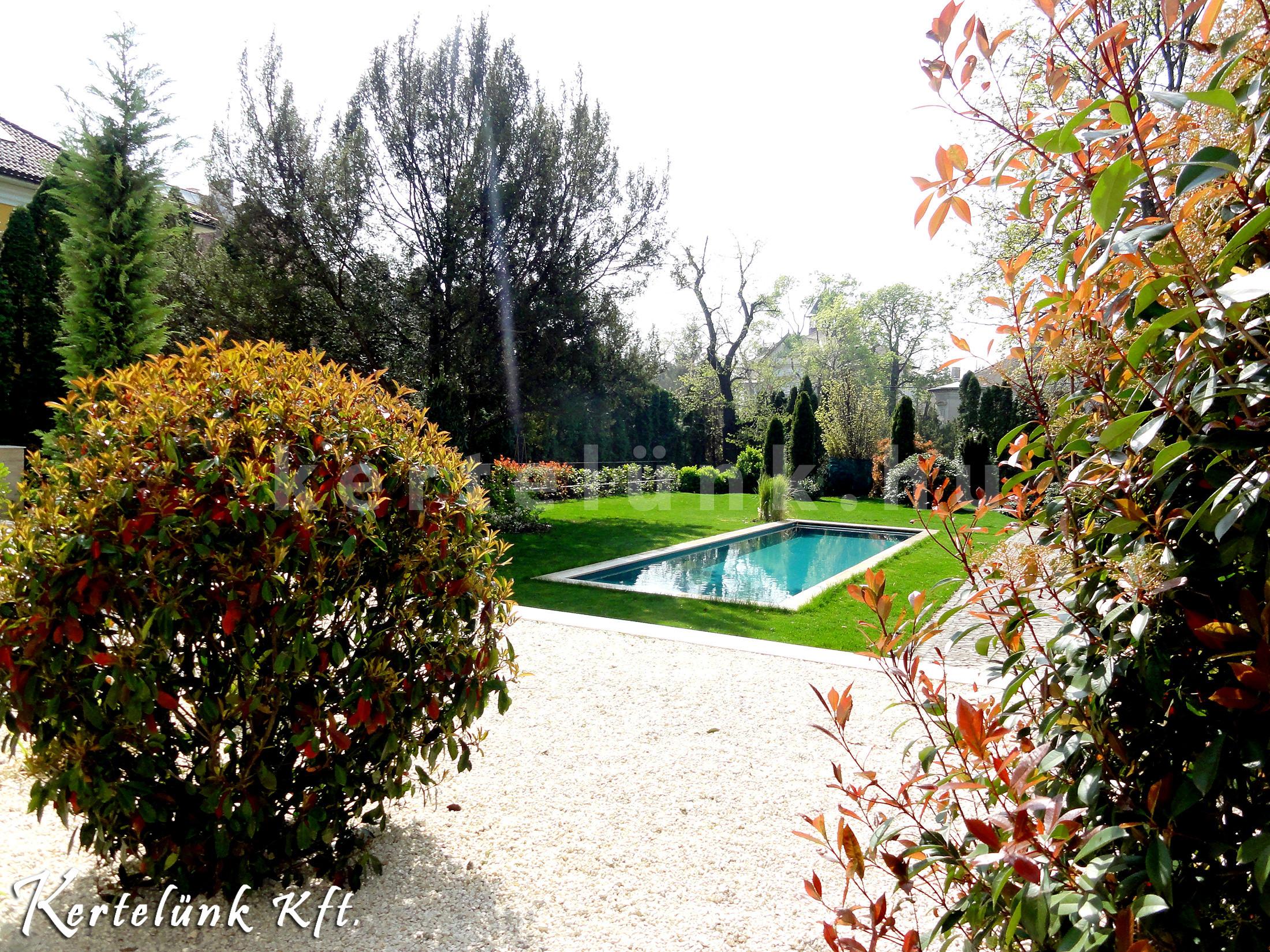 Modern kerti medence képe.