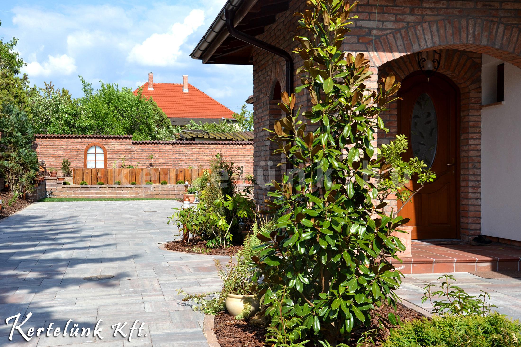 Örökzöld magólia fogadja a látogatót a mediterrán ház előkertjében.