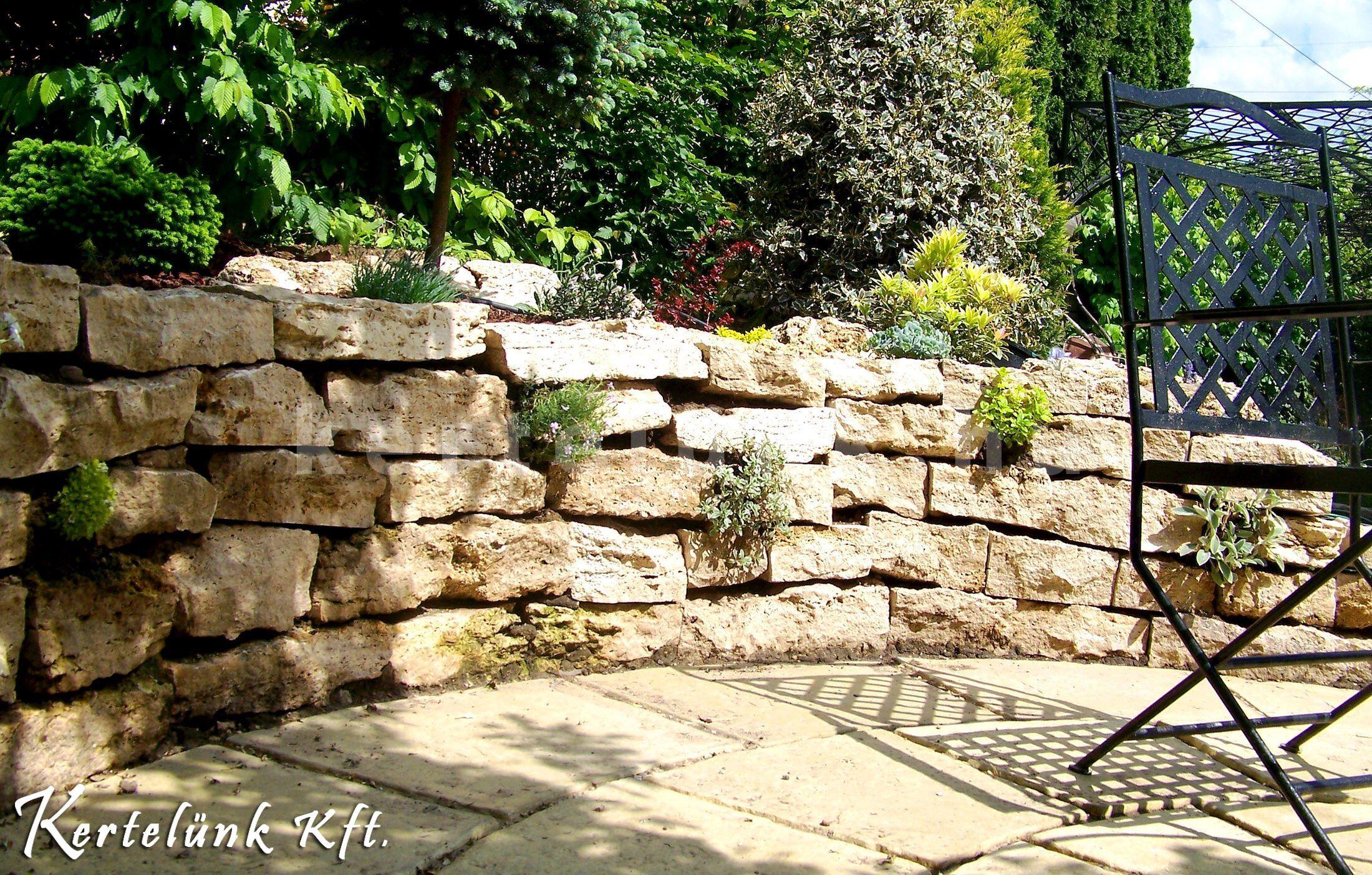 Terméskő támfal, sziklakert, kerti pihenő.