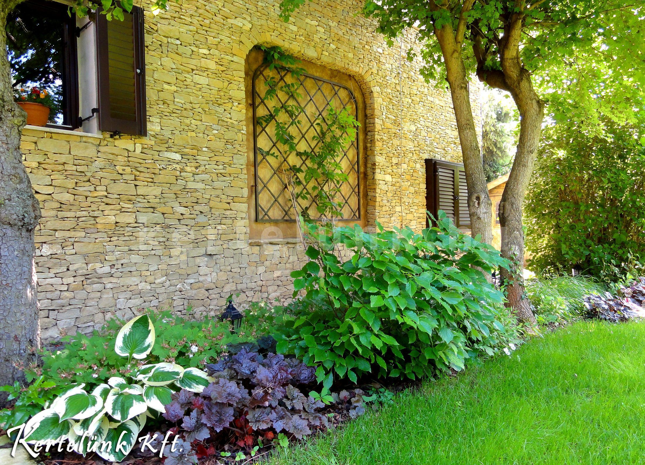 Terméskővel rakott mediterrán ház és kert.