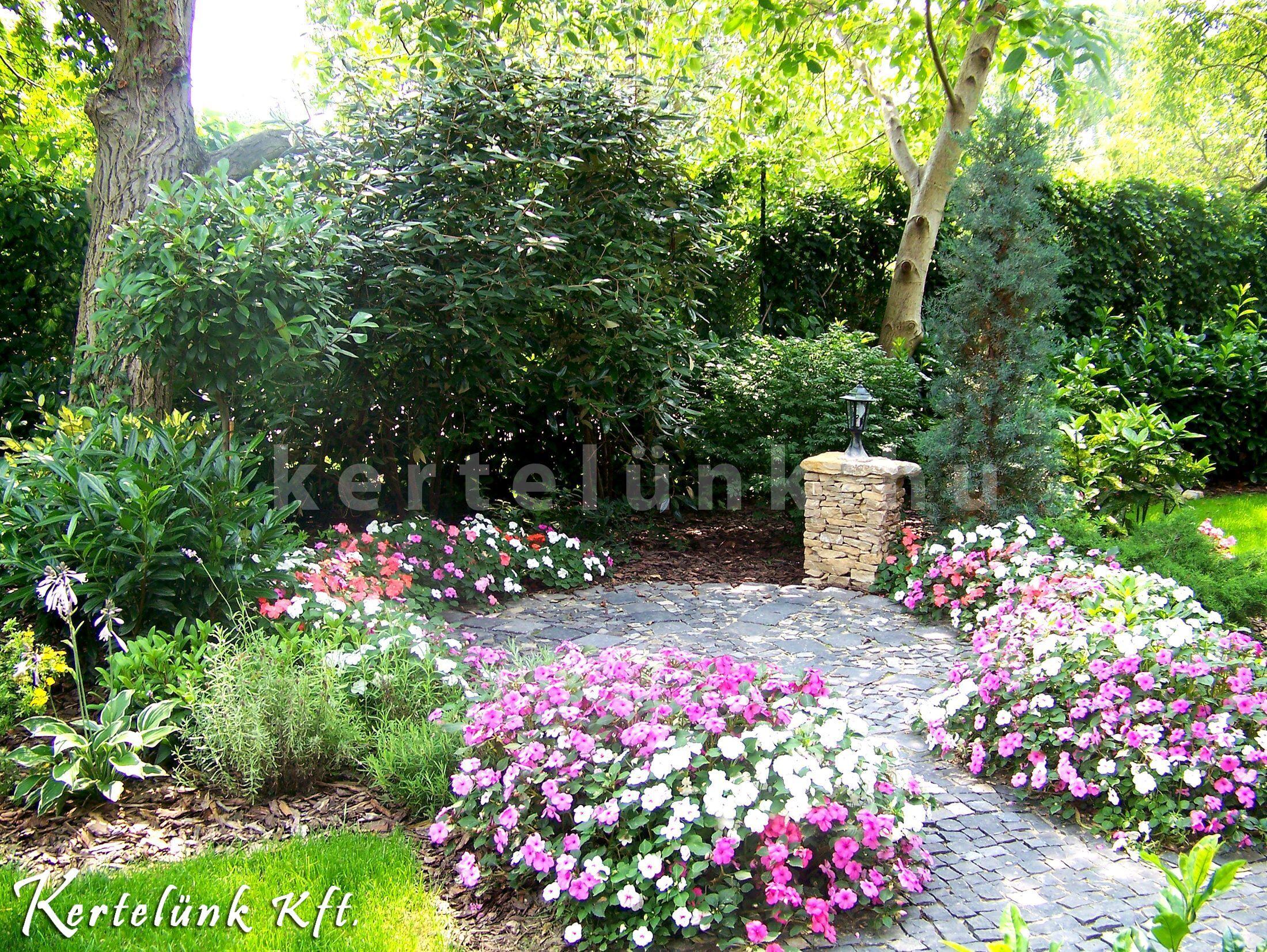 Virágok a sütögetésre használt kerti terasz körül.