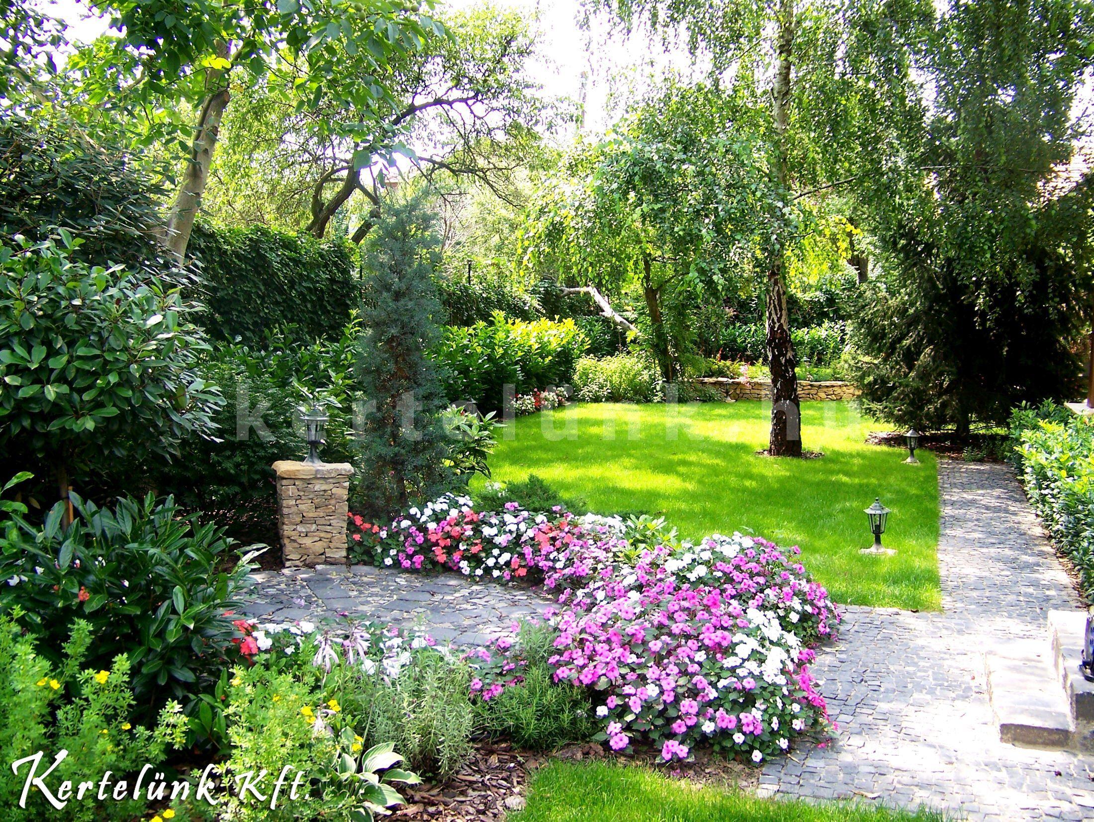 Kerti sütő és a virágos hátsókert.