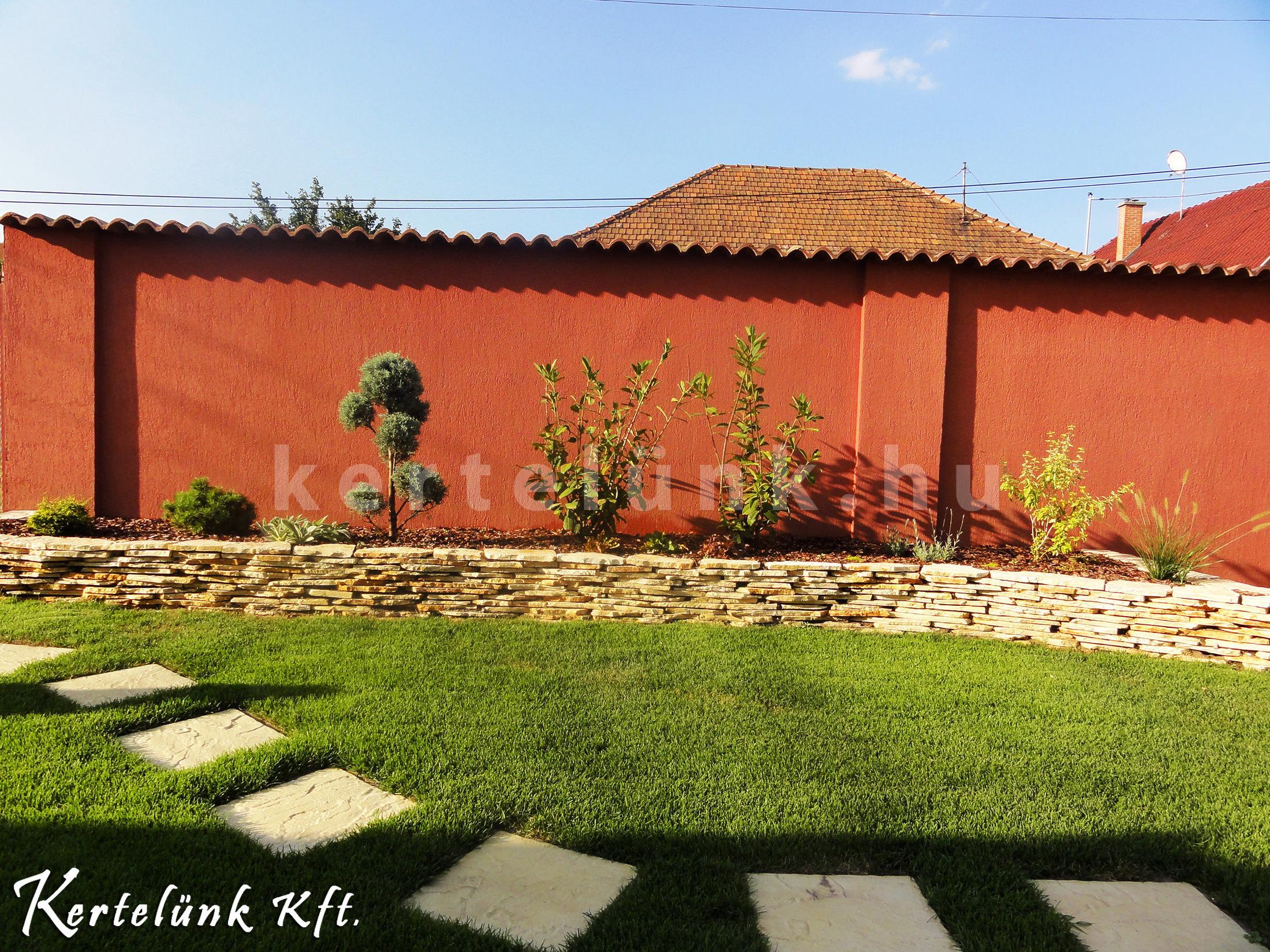 Mediterrán színek és a határozott vonalvezetés teszik különlegessé ezt a kertet.