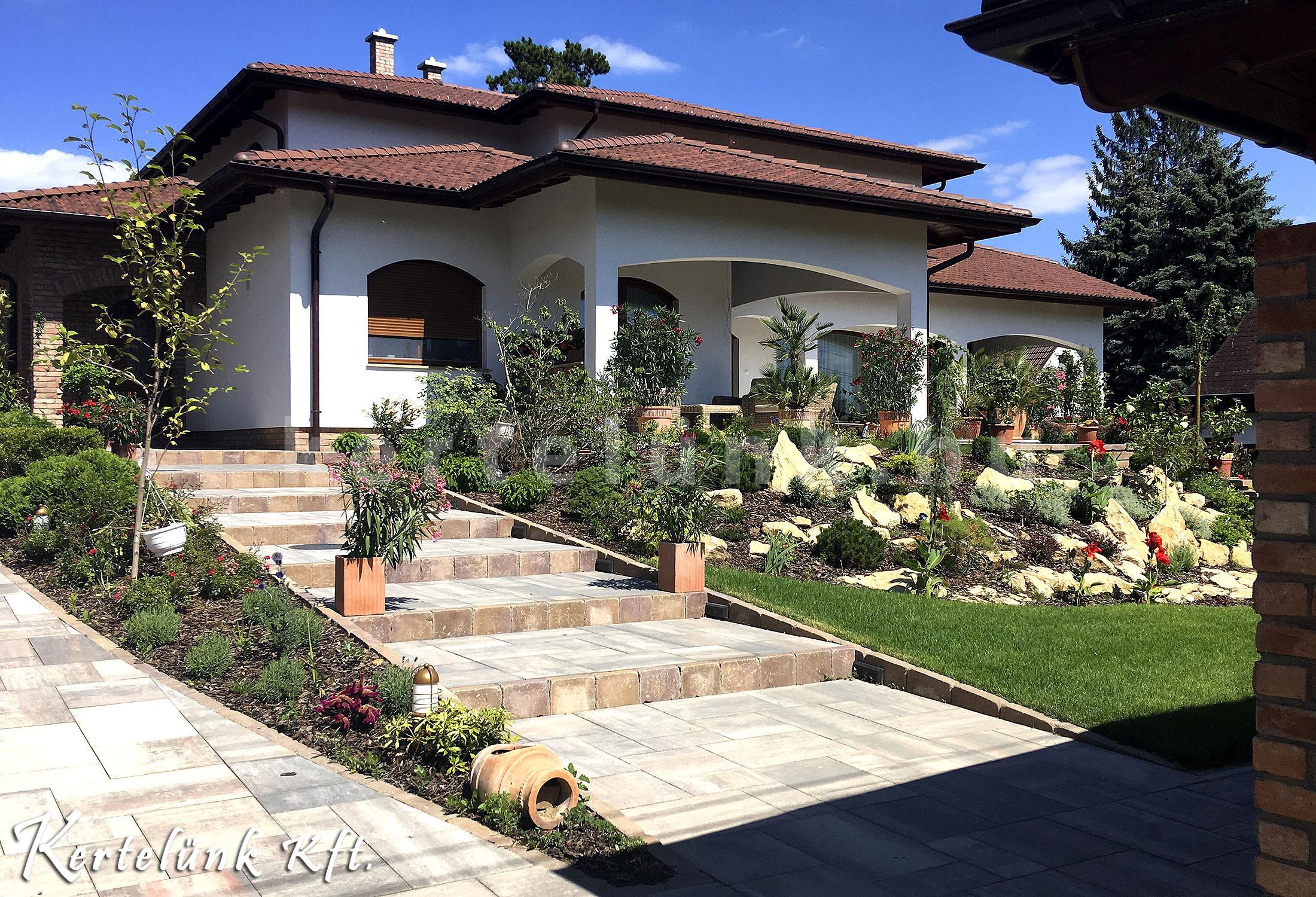 Mediterrán kert lépcsővel, előkerttel