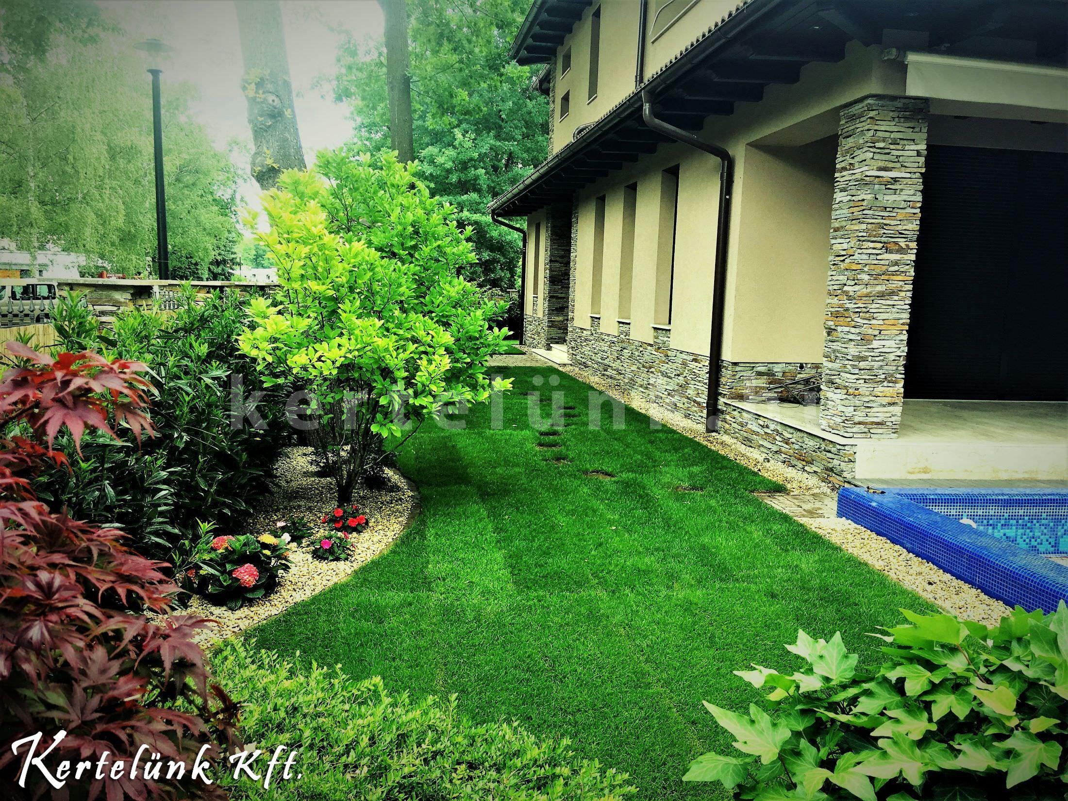 Mediterrán stílusú családi ház, szintén mediterrán kerttel és medencével.