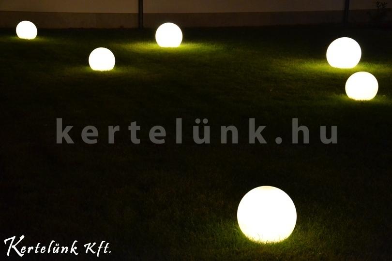 Gömb alakú lámpák a kerti fűben.