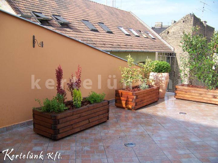 A kevésbé szárazságtűrő növényeket az erkély árnyékosabb felére helyezzük.