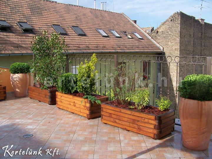 Balkonládába ültetett örökzöldekkel alakítunk ki egy kis sövényt.