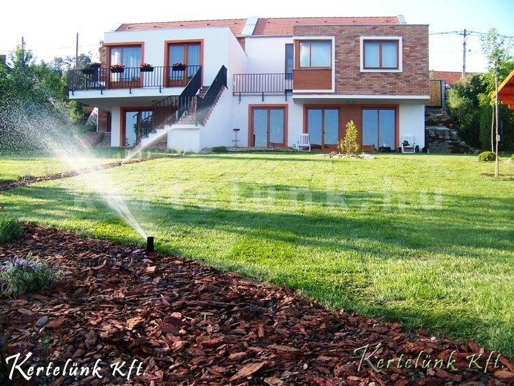 A gyep, mulcs, és automatizáció hármassága teszi igazán könnyedén fenntarthatóvá a kertet!