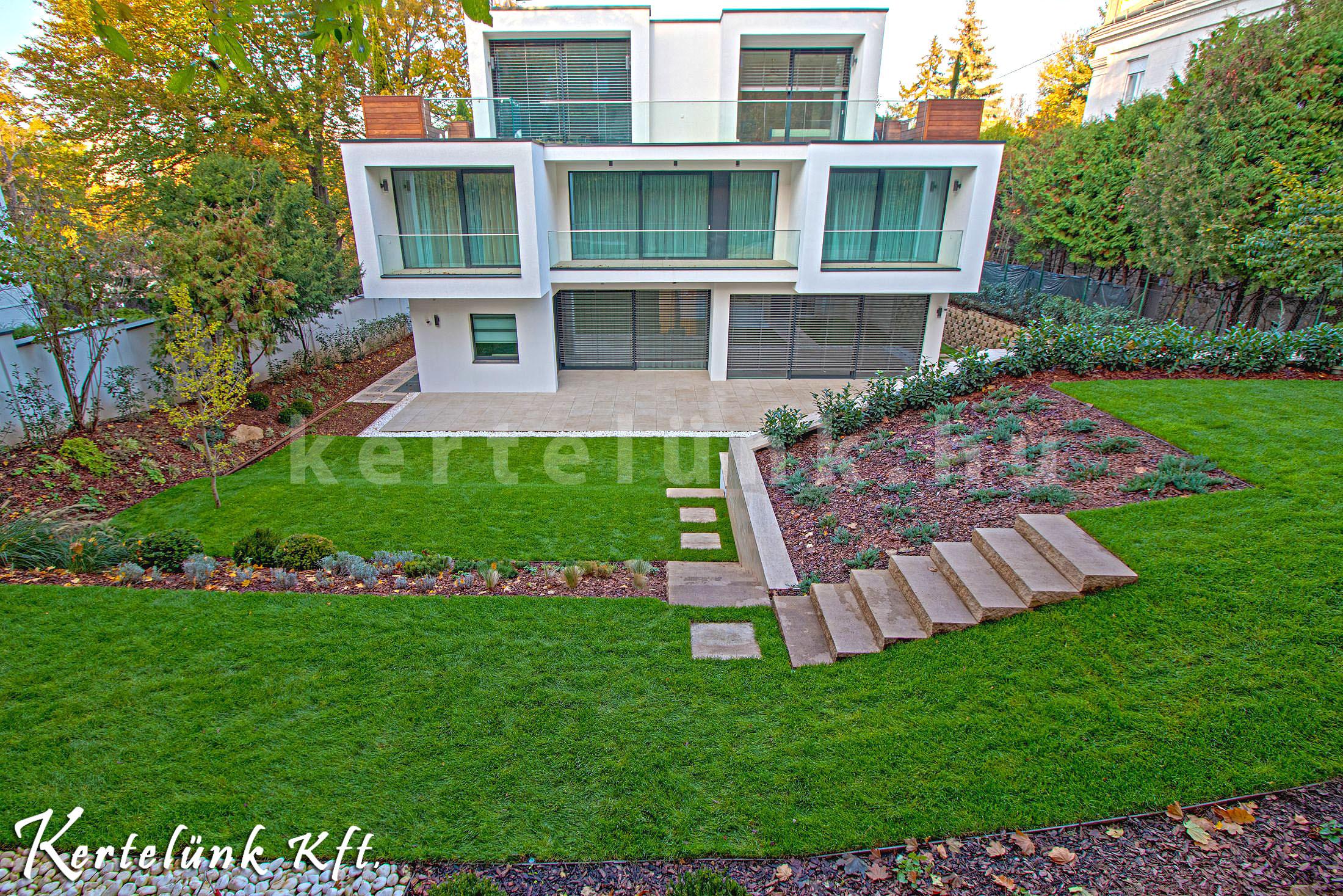 Modern villa és annak kertje..