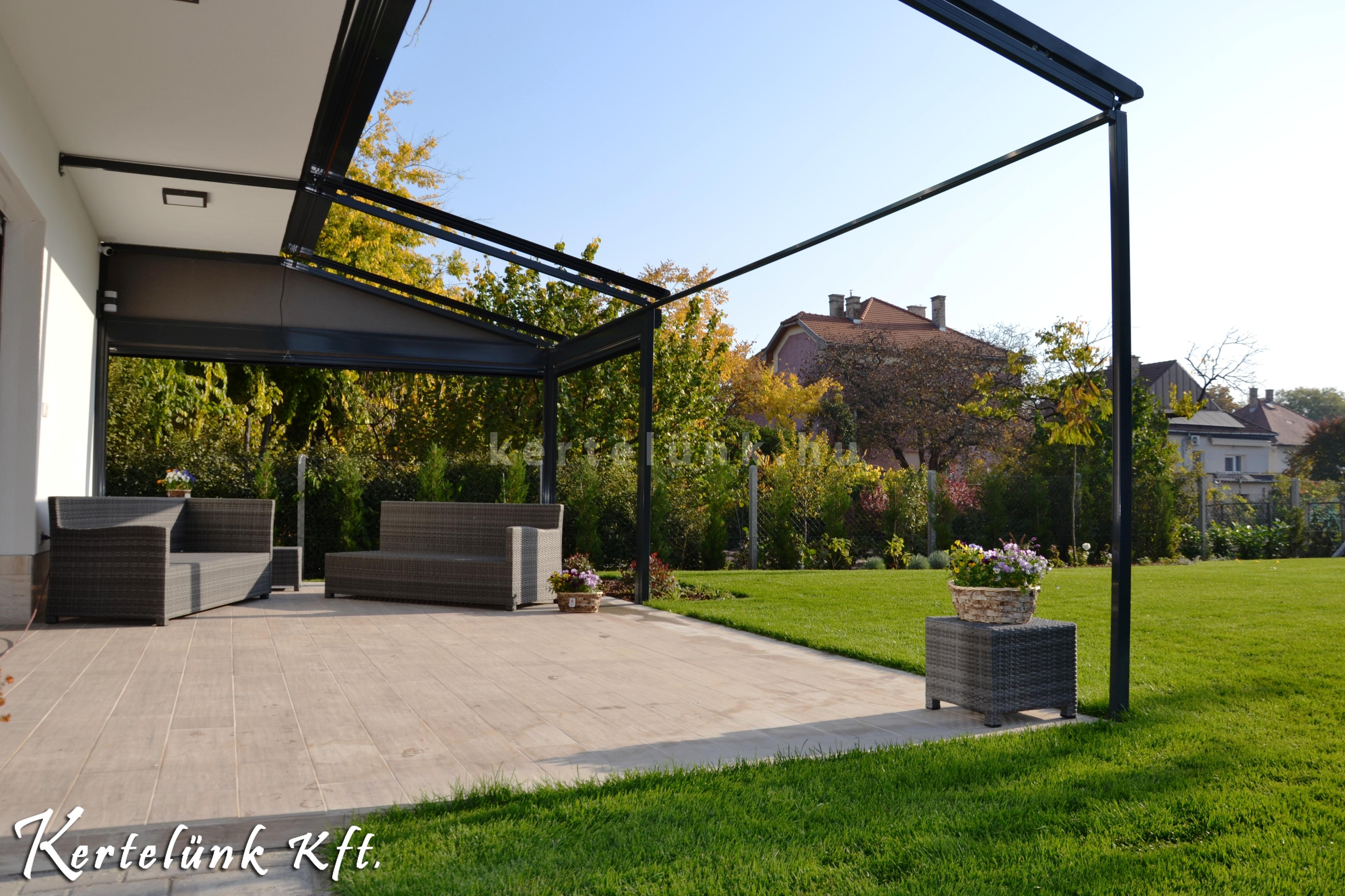 Egy modern ház terasza és kertje.