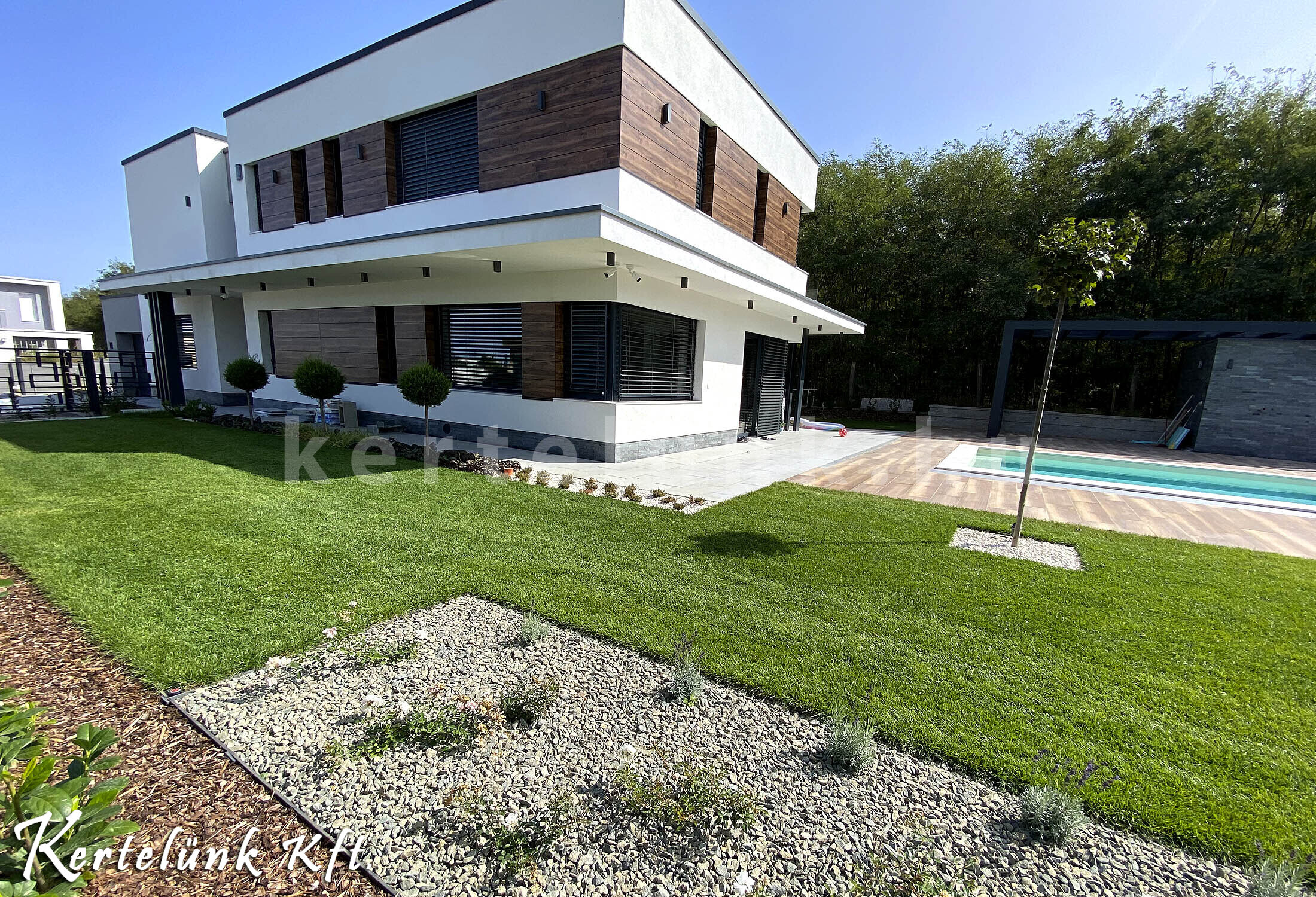 Modern villa és medence.