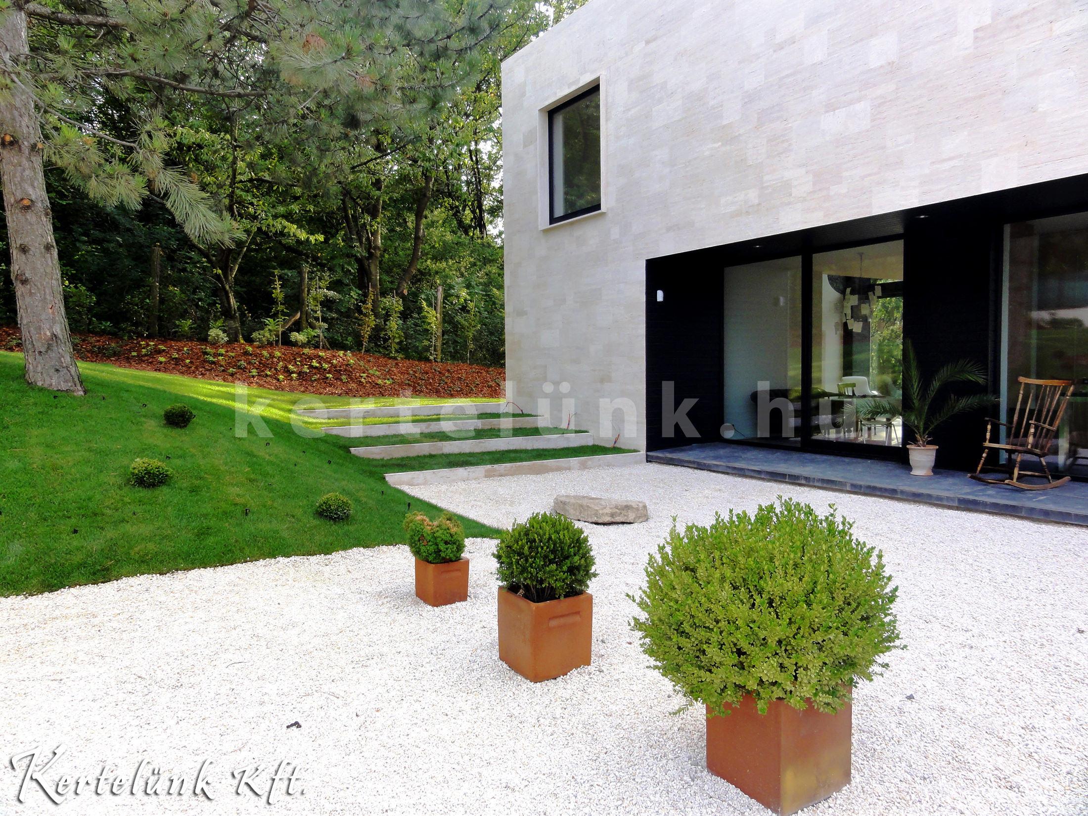 Szintén egy modern terasz hozzá illő kilátással.