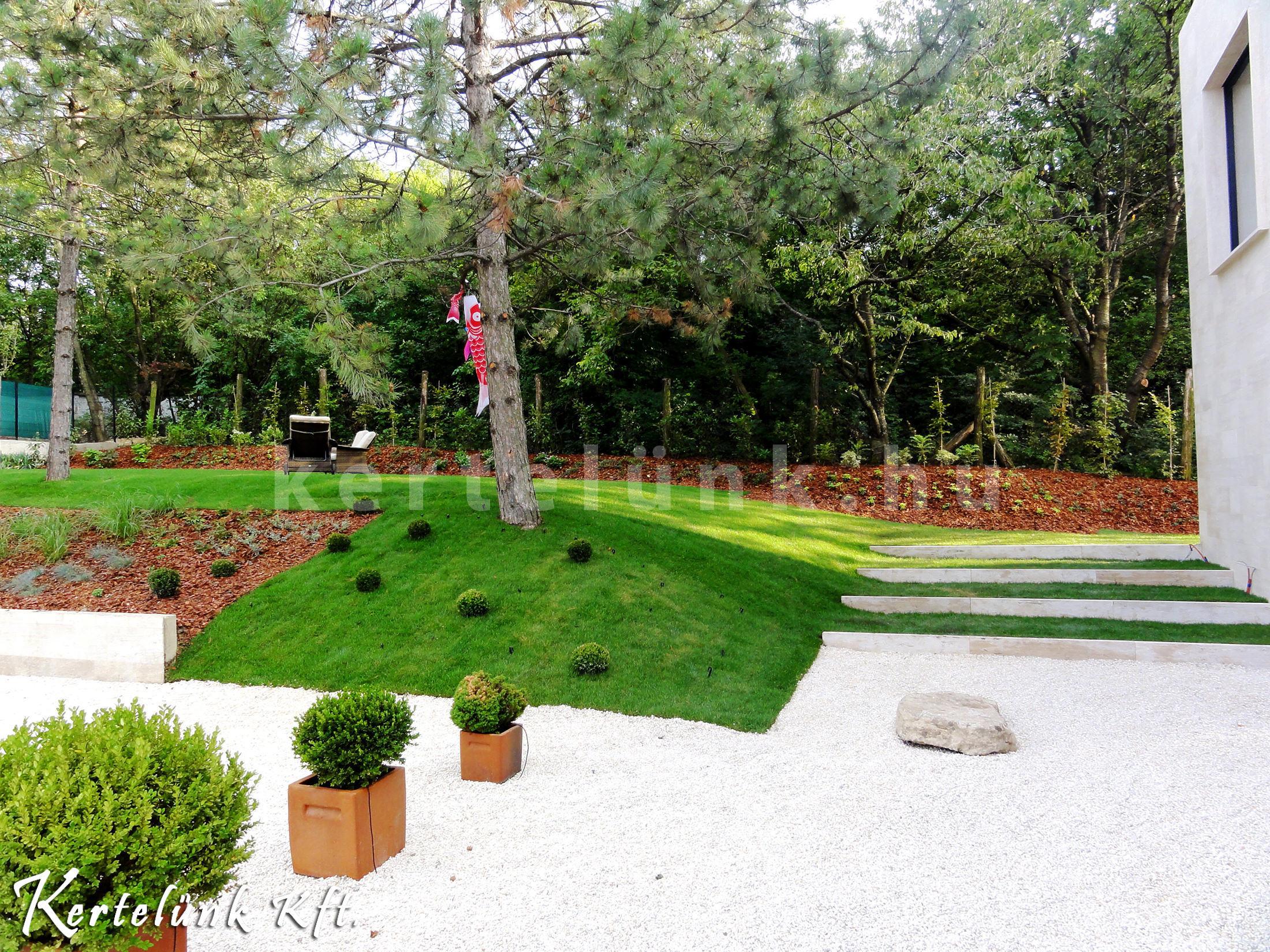 A modern kertépítésben sokszor felosztjuk a tereket különböző elválasztó növénytartóval.