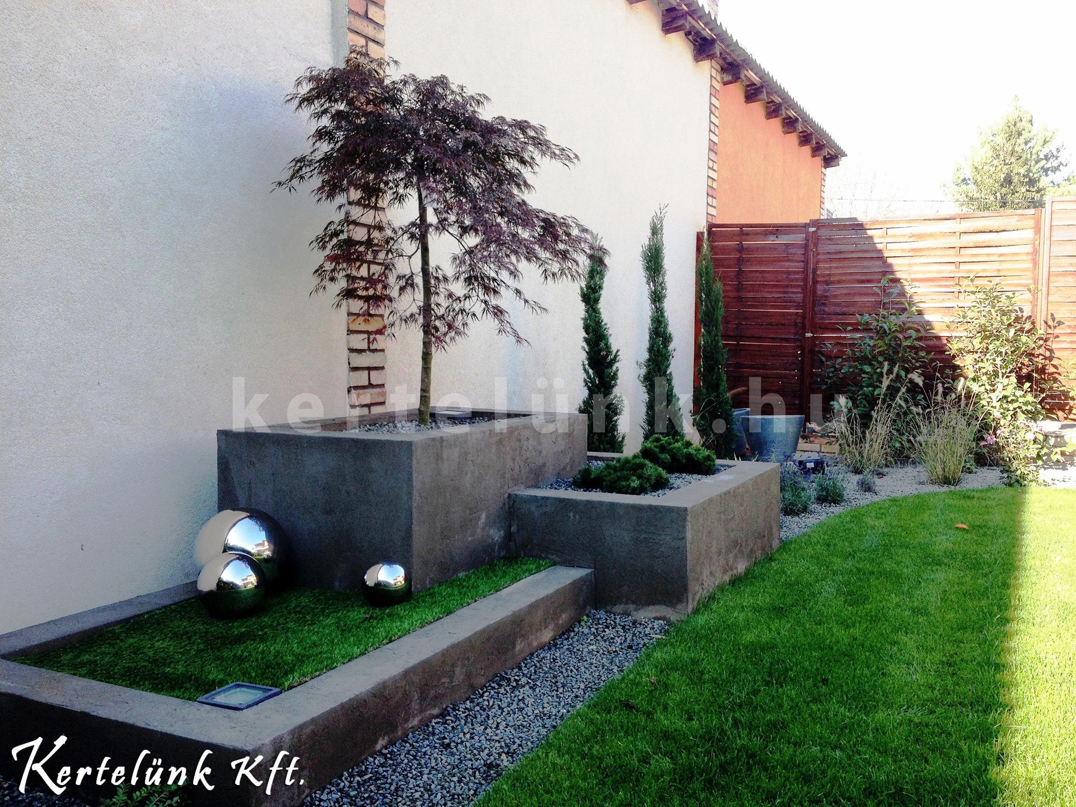 Itt látszóbeton növénytartókkal tettük egyedivé a kert oldalát.