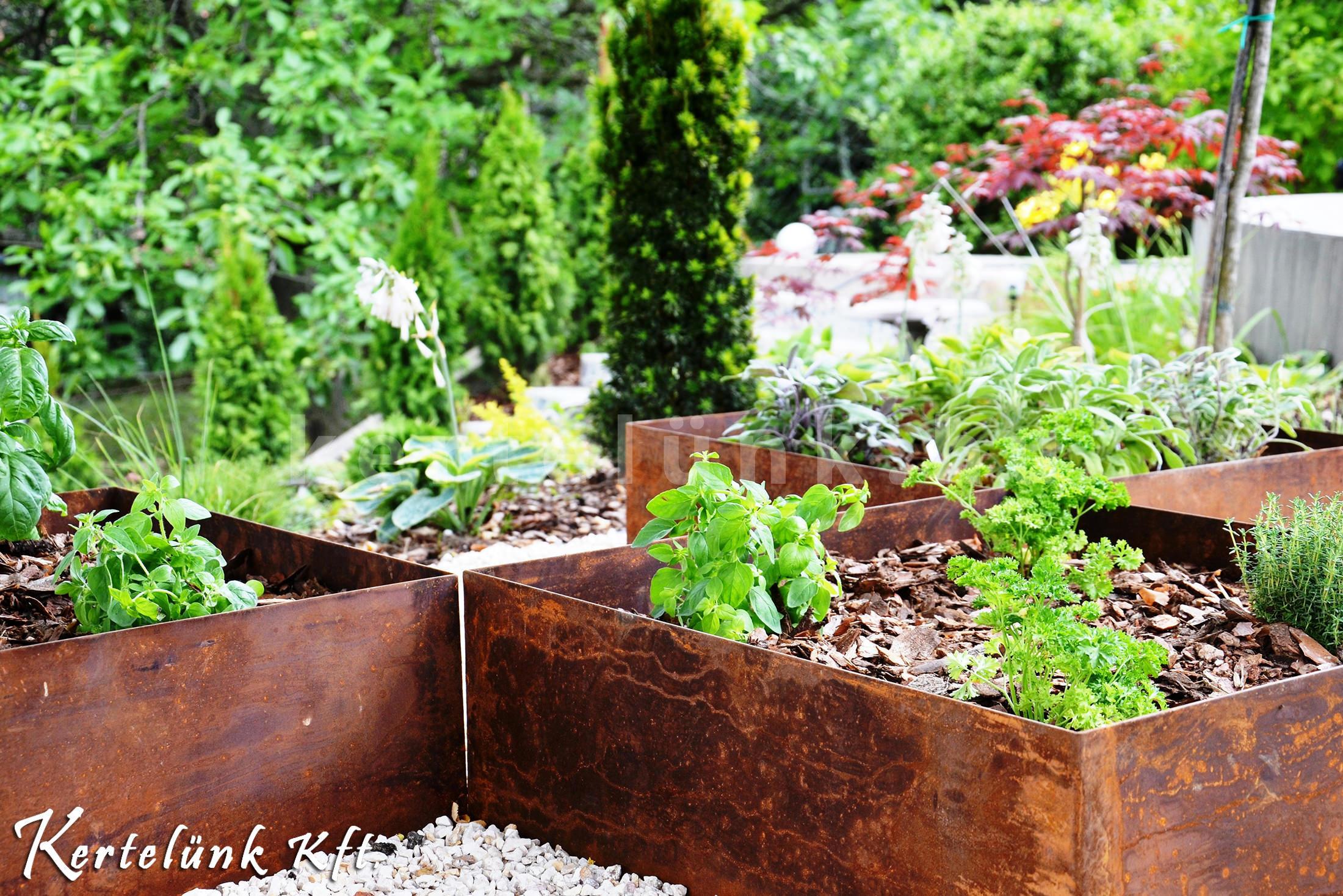 Modern kert részlet: nemesrozsda edények és fenyőmulcs.