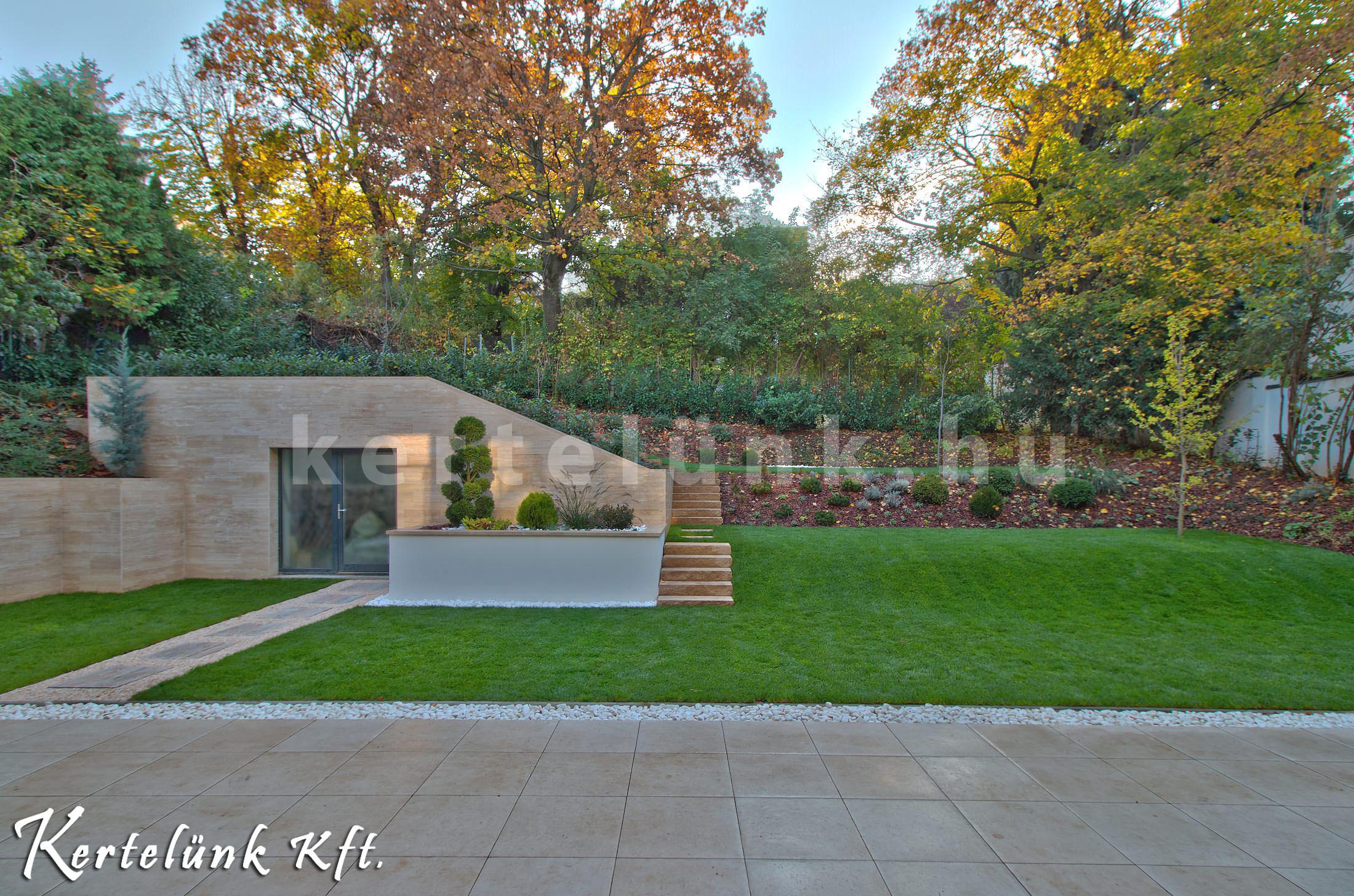 Lejtős és modern kert.