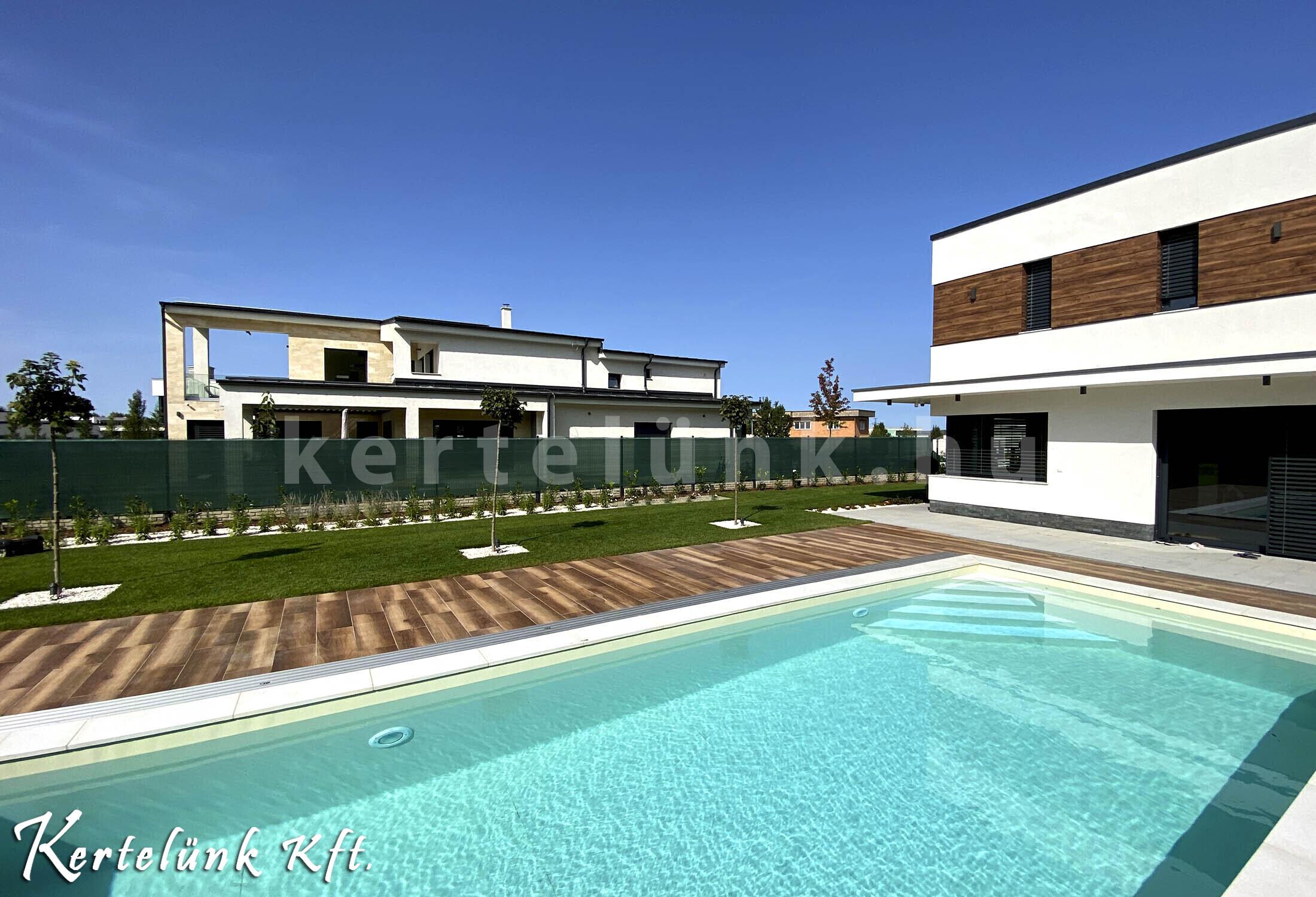 Modern villa medencével.