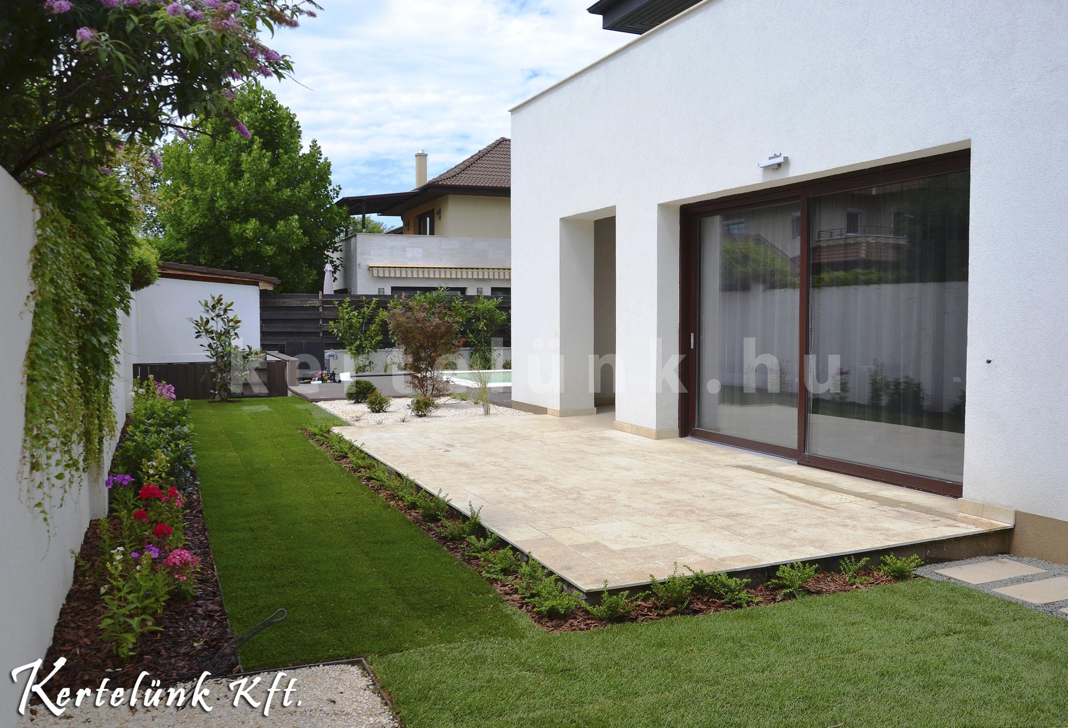 Az oldalsó és a hátsó kert is a modern stílust képviseli