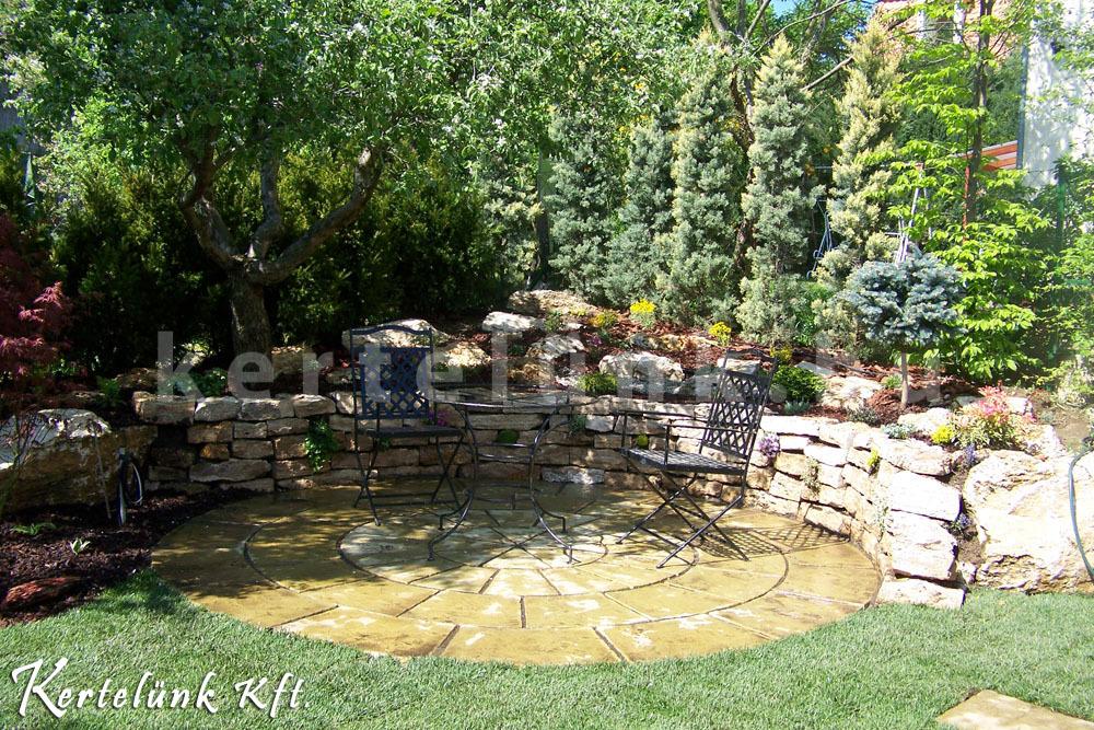 Kis kerti pihenő köré kialakított támfallal kombinált mini sziklakert.