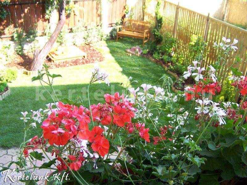 A teraszra érdemes sok virágot ültetni.