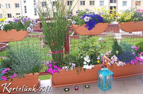 Virágos balkon egy társasházban