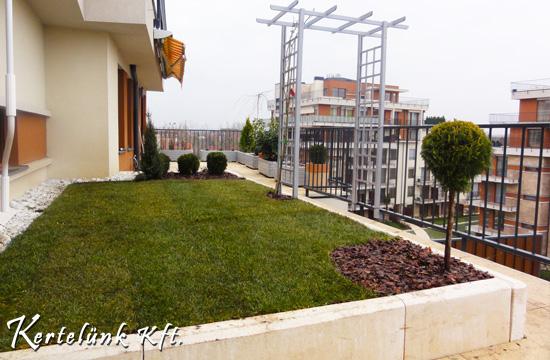 Kertépítés Budapesten egy tetőtéri lakás teraszán