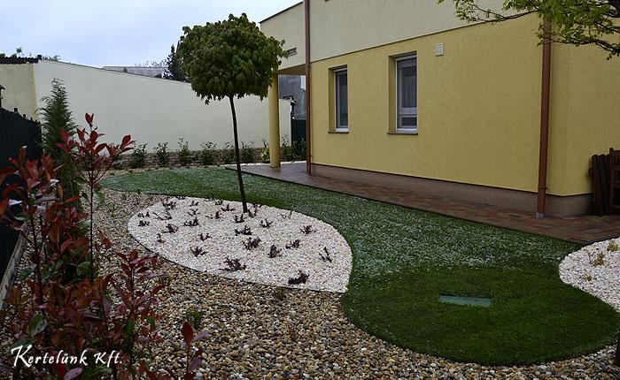 Sokszor még hó is előfordul tavasszal ami nehezíti a kertépítő munkáját