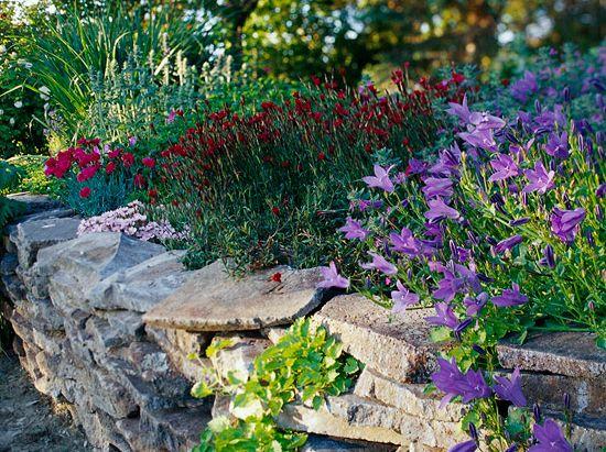 színes virágos kőtámfal