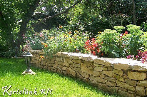 Zöld fű és kőrakás. Ezek egy mediterrán kert alapelemei.