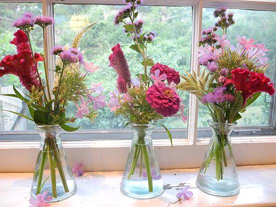 Színes virágok a vázában