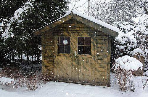 faház a téli havazásban